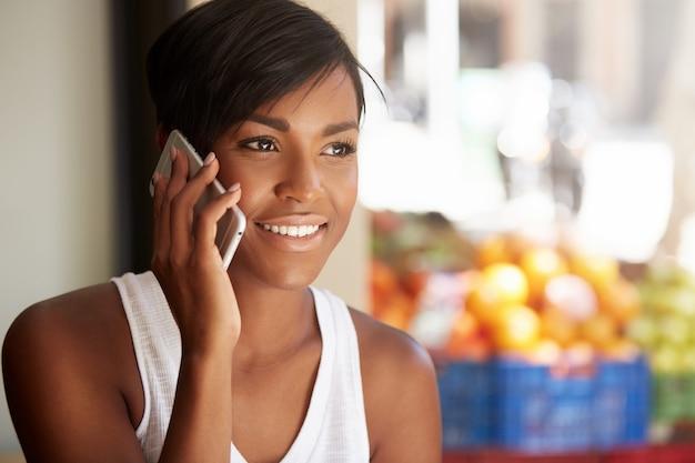 Młoda Kobieta Z Krótkimi Włosami Rozmawia Przez Telefon Darmowe Zdjęcia
