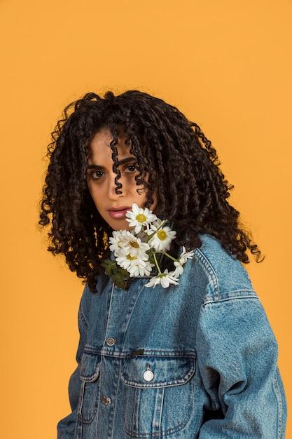 Młoda Kobieta Z Kwiatami Przy Szyją Patrzeje Kamerę Darmowe Zdjęcia
