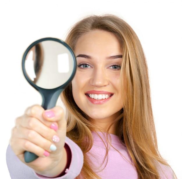 Młoda Kobieta Z Lupą Premium Zdjęcia