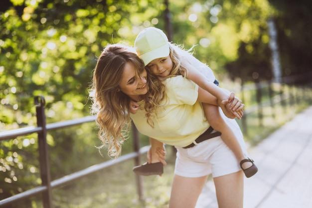 Młoda kobieta z małym córki odprowadzeniem w parku Darmowe Zdjęcia