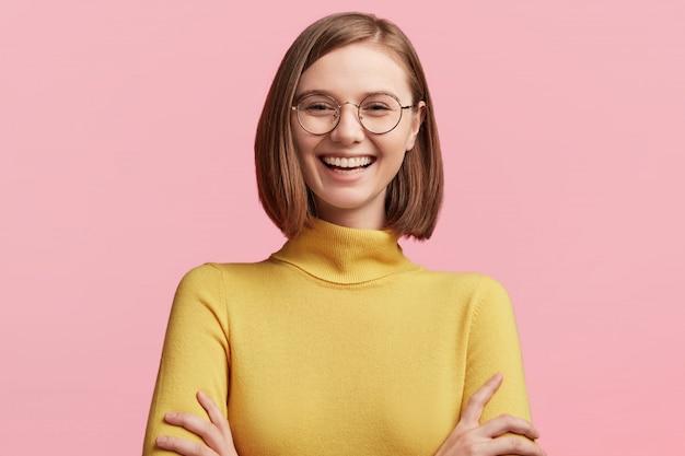 Młoda Kobieta Z Okrągłymi Szkłami I żółtym Swetrem Darmowe Zdjęcia