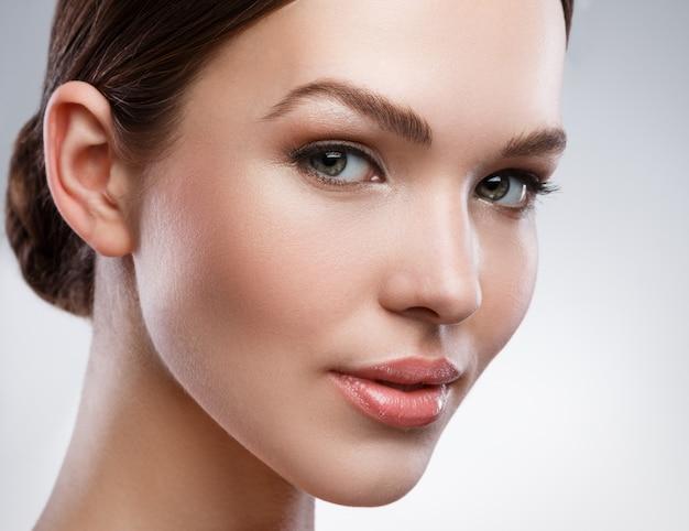 Młoda kobieta z piękną twarzą i miękką skórą Premium Zdjęcia