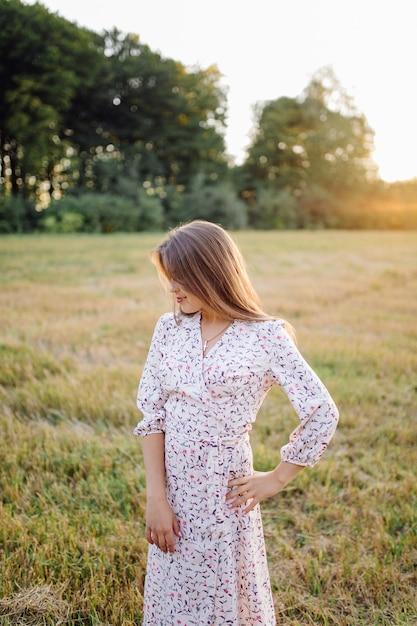 Młoda Kobieta Z Pięknymi Włosami Pozowanie W Polu O Zachodzie Słońca. Moda, Niezależność Darmowe Zdjęcia