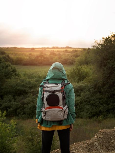 Młoda Kobieta Z Plecakiem Premium Zdjęcia