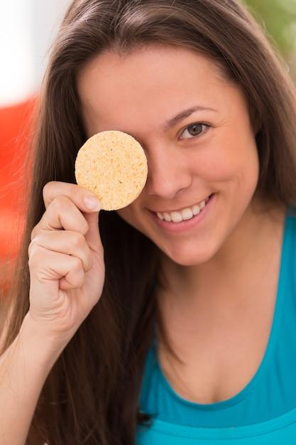 Młoda kobieta z poduszkami kosmetycznymi Darmowe Zdjęcia