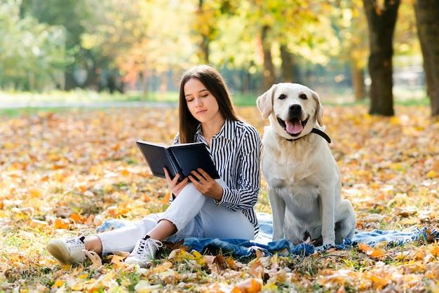 Młoda kobieta z psem w parku Darmowe Zdjęcia