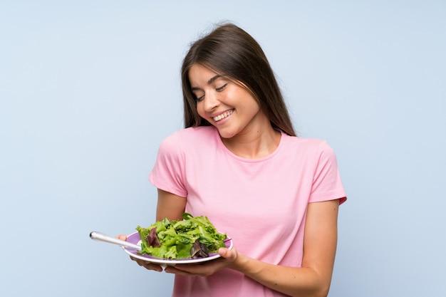 Młoda kobieta z sałatką Premium Zdjęcia