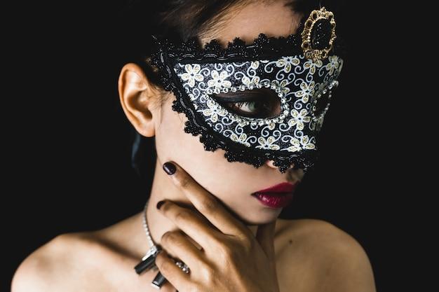 Młoda kobieta z szarym weneckie maski Darmowe Zdjęcia