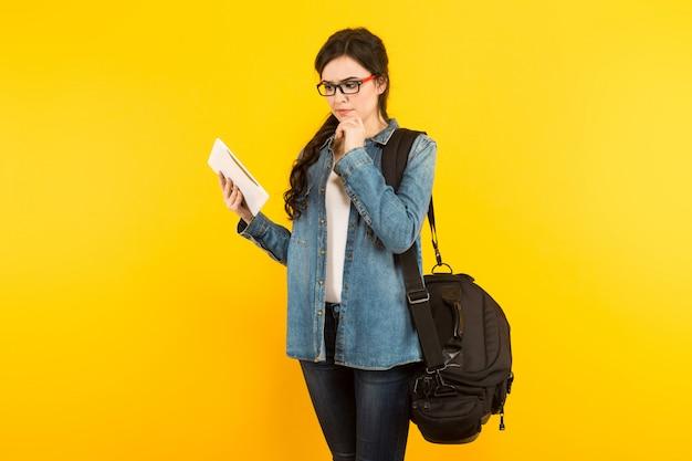 Młoda Kobieta Z Torbą I Komputerem Osobistym Premium Zdjęcia