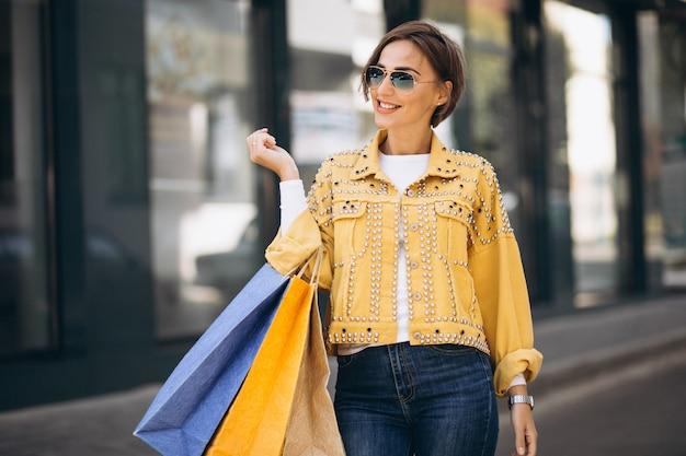 Młoda kobieta z torba na zakupy w mieście Darmowe Zdjęcia