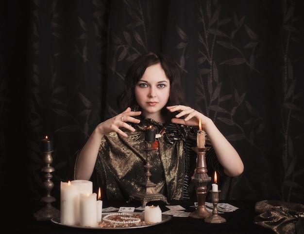 Młoda Kobieta Z Wróżb Kartami W Pokoju Premium Zdjęcia