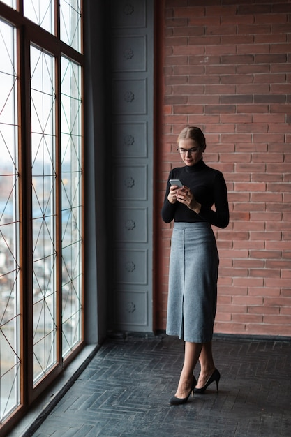 Młoda Kobieta Za Pomocą Telefonu Darmowe Zdjęcia