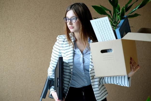 Młoda Kobieta Zwolniona Z Pracy Darmowe Zdjęcia