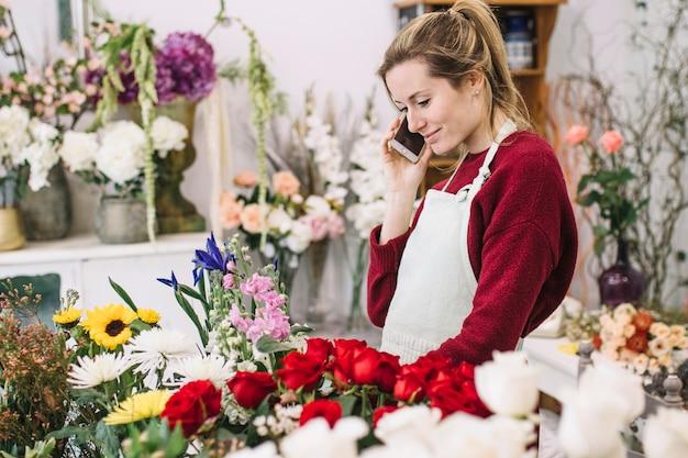 Młoda Kwiaciarnia Ma Smartphone Rozmowę Darmowe Zdjęcia