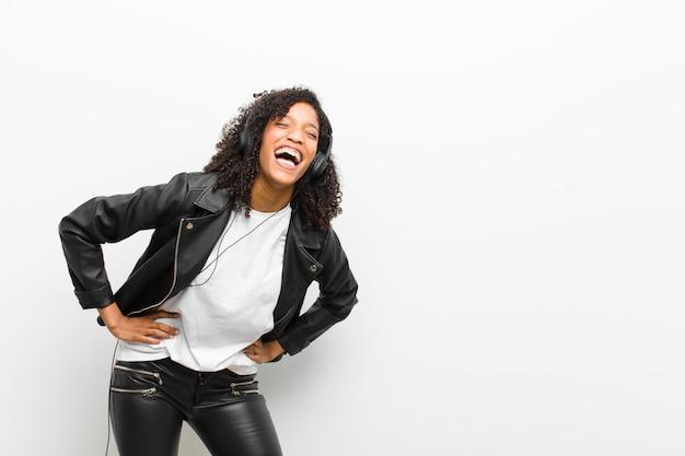 Młoda ładna czarna kobieta śmieje się Premium Zdjęcia