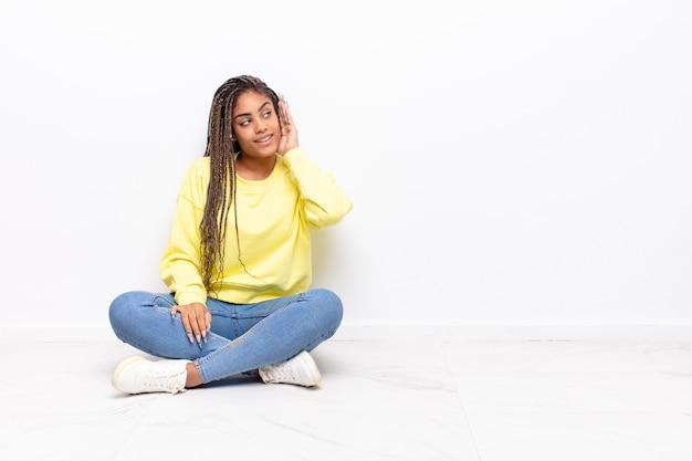 Młoda ładna Czarna Kobieta Premium Zdjęcia