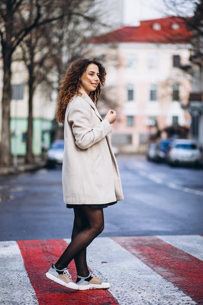 Młoda ładna kobieta na przejściu Darmowe Zdjęcia