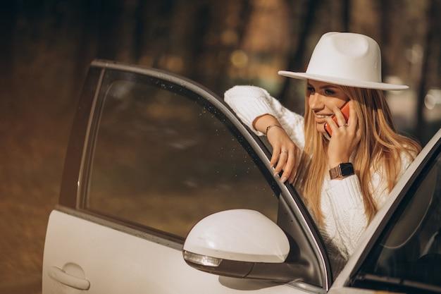 Młoda ładna Kobieta Podróżująca Samochodem Darmowe Zdjęcia