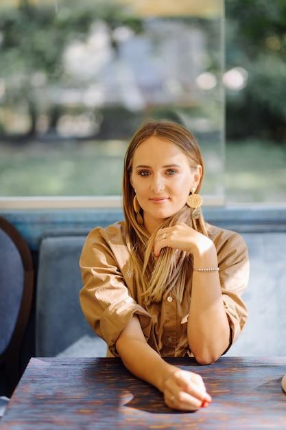 Młoda ładna kobieta w kawiarni Darmowe Zdjęcia