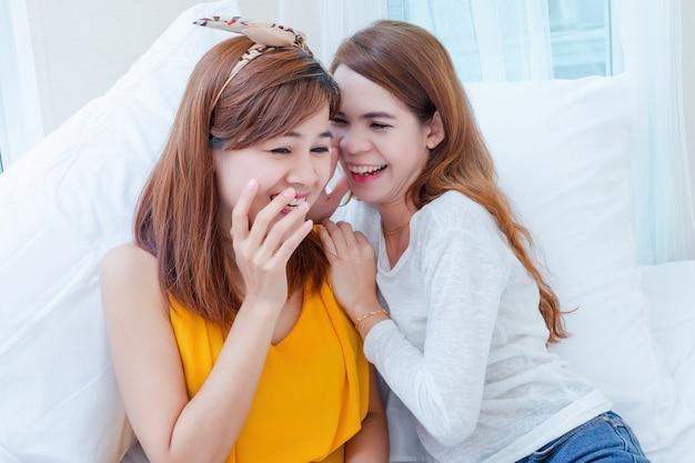 Młoda ładna kobieta wesoły rozmawiać ze sobą Darmowe Zdjęcia