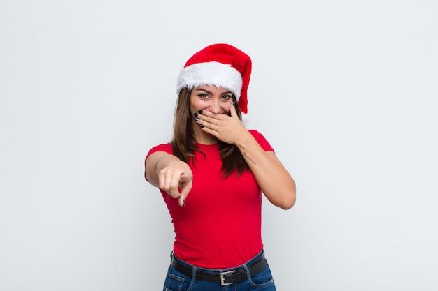 Młoda ładna kobieta z santa hat. koncepcja bożego narodzenia. Premium Zdjęcia