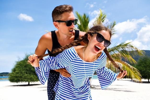 Młoda ładna Para Młodych Podróżników Bawi Się Na Romantycznych Tropikalnych Wakacjach, Wakacje Na Rajskiej Wyspie, Letni Relaks. Darmowe Zdjęcia