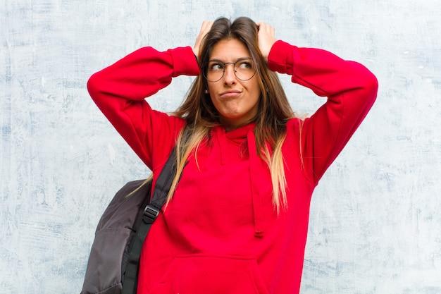 Młoda ładna studentka czująca się sfrustrowana i zirytowana, chora i zmęczona porażką, mająca dość nudnych, nudnych zadań Premium Zdjęcia
