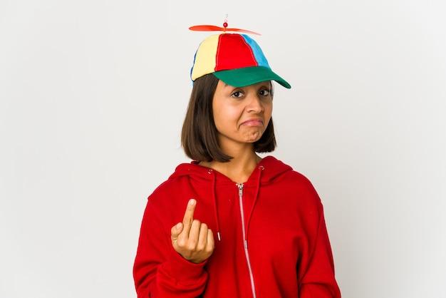 Młoda Latynoska Kobieta W Głupiej Czapce Premium Zdjęcia