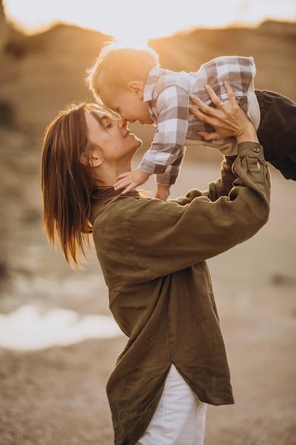Młoda Matka Bawi Się Ze Swoim Małym Synkiem Darmowe Zdjęcia