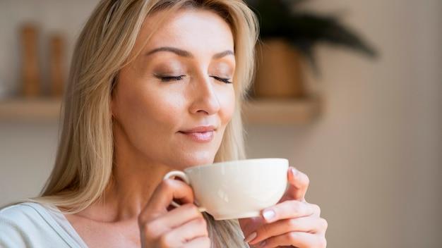 Młoda Matka Cieszy Się Zapachem Kawy Darmowe Zdjęcia