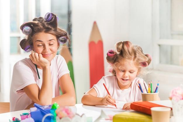 Młoda Matka I Jej Córeczka Rysują Ołówkami W Domu Darmowe Zdjęcia