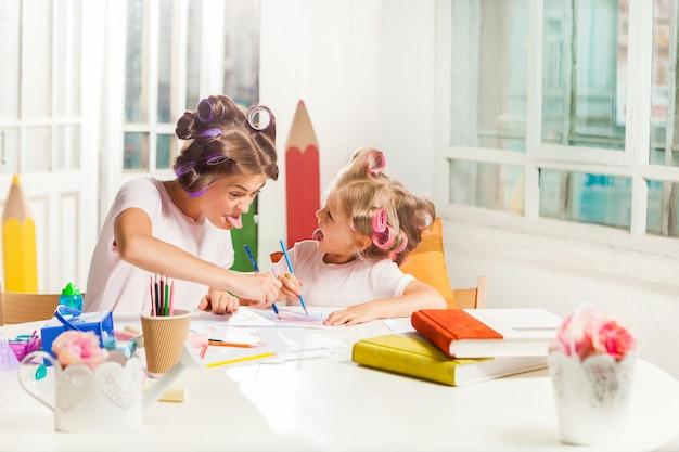 Młoda Matka I Jej Mała Córka Rysują Ołówkami W Domu Darmowe Zdjęcia