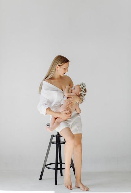 Młoda matka i jej piękna córka Darmowe Zdjęcia