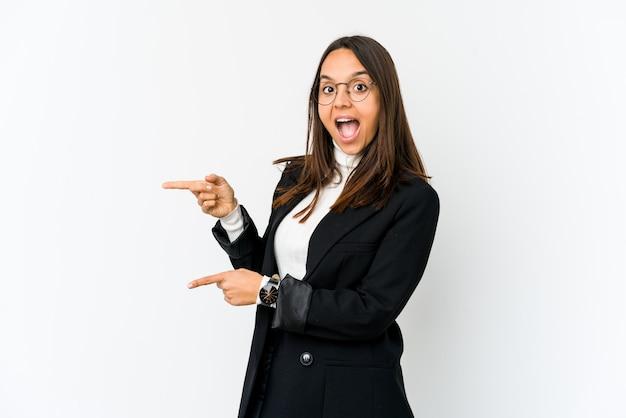 Młoda Mieszana Biegowa Biznesowa Kobieta Odizolowywająca Na Białym Podekscytowanym Wskazywać Z Palcami Wskazującymi Daleko Od. Premium Zdjęcia