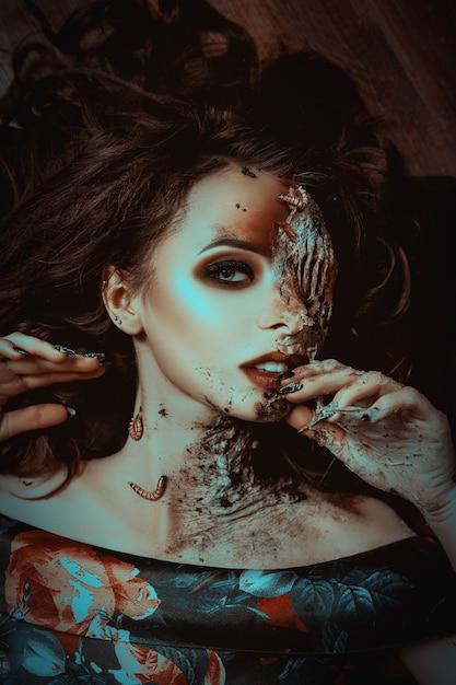 Młoda Modelka Pozuje Z Robakami Jako Martwą Kobietę Premium Zdjęcia