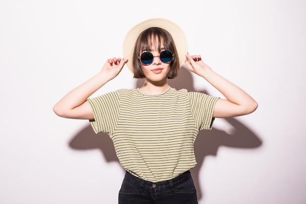 Młoda Modna Atrakcyjna Hipster Nastolatka W Okulary I Słomkowy Kapelusz Na Białym Tle. Darmowe Zdjęcia
