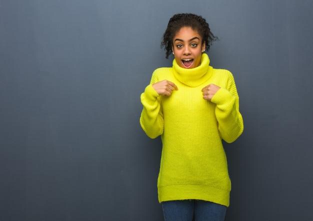 Młoda Murzynka Jest Zaskoczona, Czuje Się Dobrze I Dobrze Się Czuje Premium Zdjęcia