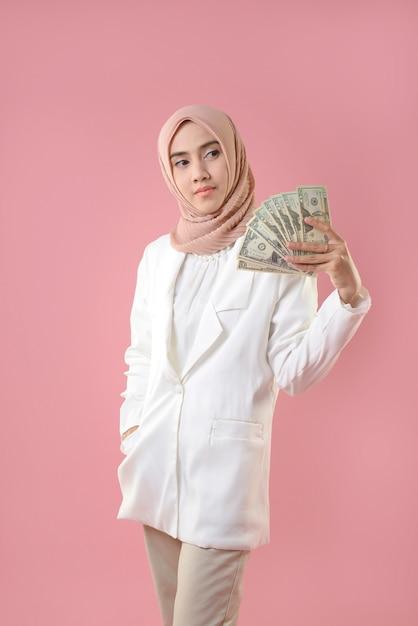 Młoda Muzułmanka Trzymać Pieniądze Premium Zdjęcia