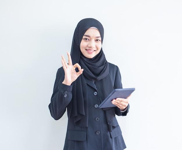 Młoda Muzułmańska Biznesowej Kobiety Mienia Pastylka Premium Zdjęcia