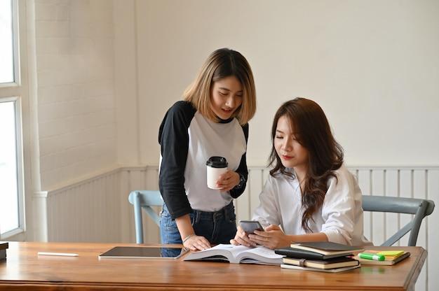 Młoda nauczycielka konsultuje się z edukacją. Premium Zdjęcia