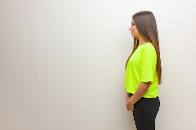 Młoda nowoczesna kobieta z boku na przód Premium Zdjęcia