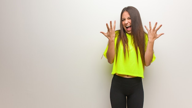 Młoda nowożytna kobieta świętuje zwycięstwo lub sukces Premium Zdjęcia