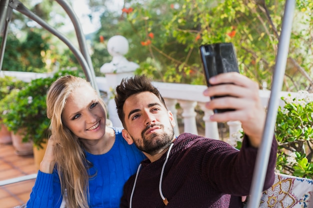 Młoda para biorąc selfie na tarasie Darmowe Zdjęcia