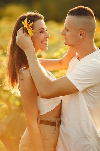 Młoda Para Kochających Się Całuje Się W Słonecznikowym Polu. Portret Para Stwarzających Latem W Polu. Darmowe Zdjęcia