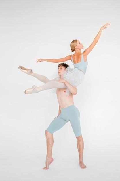 Młoda para nowożytni baletniczy tancerze pozuje nad białym pracownianym tłem Premium Zdjęcia