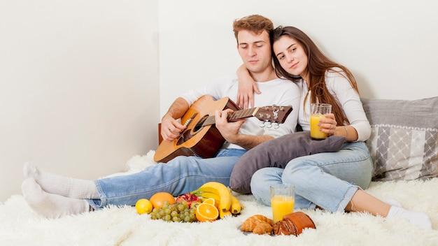 Młoda para o śniadanie w łóżku Darmowe Zdjęcia