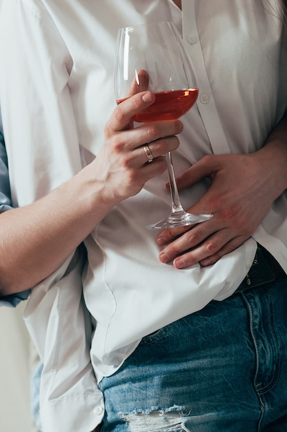 Młoda para obejmuje i pije wino Premium Zdjęcia