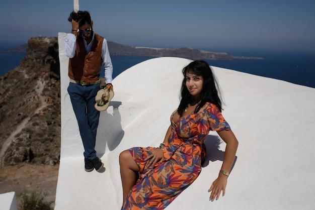 Młoda Para Patrzy Na Krajobraz Wyspy Santorini Premium Zdjęcia