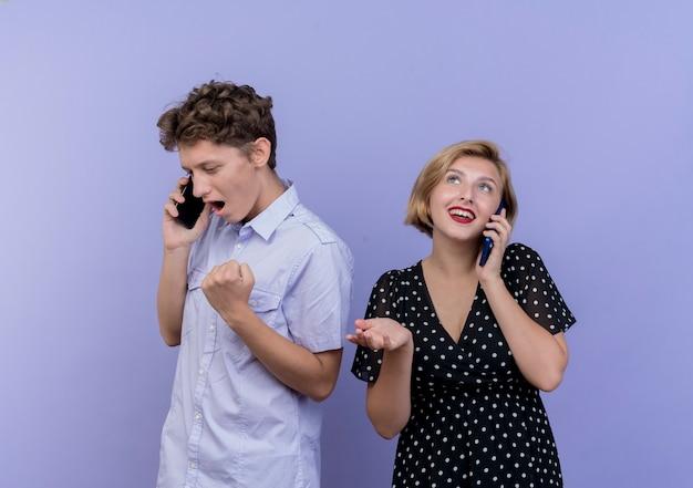 Młoda Para Piękny Mężczyzna I Kobieta Rozmawia Przez Telefony Komórkowe Szczęśliwy I Podekscytowany Zaciskając Pięści Na Niebiesko Darmowe Zdjęcia