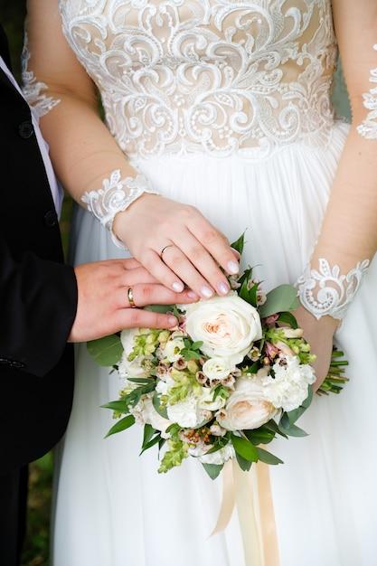 Młoda para po ślubie w kościele Premium Zdjęcia